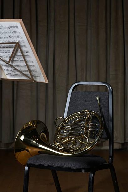 French horn on chair:スマホ壁紙(壁紙.com)