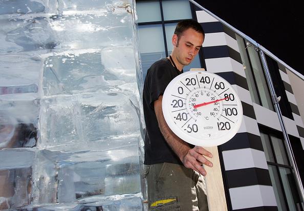 Nathan Burton「Las Vegas Magician Nathan Burton Encases Himself In Ice」:写真・画像(17)[壁紙.com]