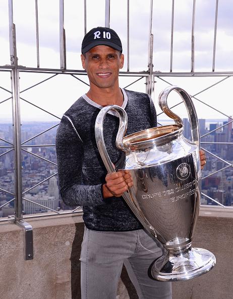 Empire State Building「UEFA Champions League Trophy On Top Of The Empire State Building」:写真・画像(13)[壁紙.com]