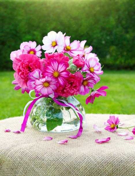 花束の色鮮やかなコスモスの花。ホリデー カード:スマホ壁紙(壁紙.com)