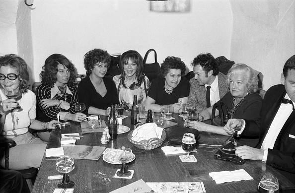 Sitting「Margot Mahler, Eva Kinsky」:写真・画像(8)[壁紙.com]