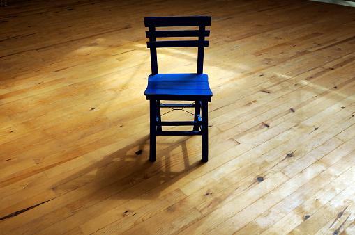 寂しさ「椅子と影ます。」:スマホ壁紙(0)