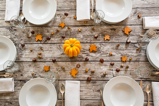 chestnut「Autumnal laid table with yellow pumpkin, chestnuts and acorns」:スマホ壁紙(18)