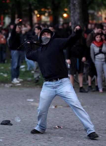 Throwing「Berlin May Day Demonstrations」:写真・画像(17)[壁紙.com]