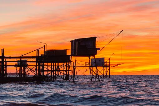 Nouvelle-Aquitaine「Carrelet fishing huts on stilts at sunset near La Rochelle France」:スマホ壁紙(17)