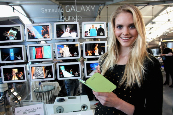 Herve Leger「Samsung Galaxy Lounge Hosts VIP Reception For Herve Leger By Max Azria At Mercedes-Benz Fashion Week Fall 2013 Collections」:写真・画像(8)[壁紙.com]