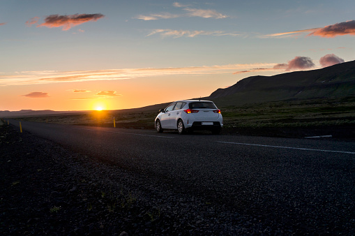 Country Road「Iceland, car on road under midnight sun」:スマホ壁紙(8)