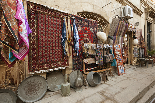 UNESCO「Icari Seher street scene with carpet-souvenir shop」:スマホ壁紙(9)