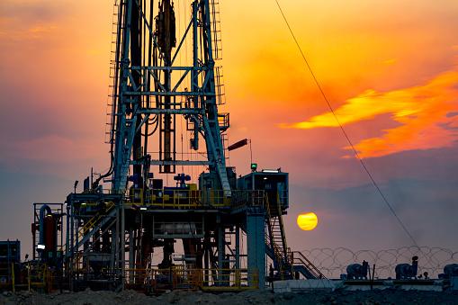 Hell「Drilling rig at sunset in Basra」:スマホ壁紙(4)