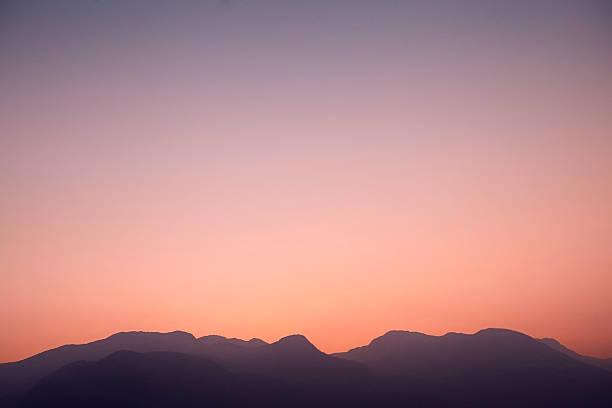 illistrative mountains at sunset:スマホ壁紙(壁紙.com)