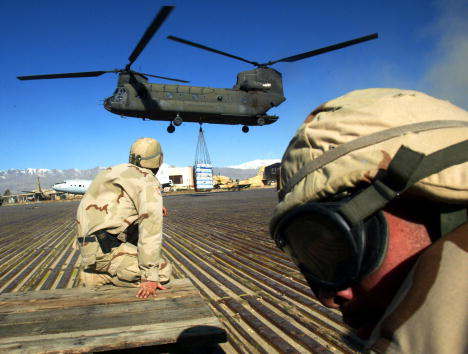 CH-47 Chinook「Resupply Load at Bagram Air Base in Afghanistan」:写真・画像(13)[壁紙.com]