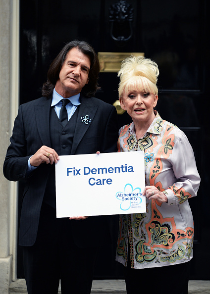 Eamonn M「Scott Mitchell & Dame Barbara Windsor, Alzheimer's Society Letter Hand In」:写真・画像(9)[壁紙.com]