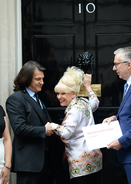 Eamonn M「Scott Mitchell & Dame Barbara Windsor, Alzheimer's Society Letter Hand In」:写真・画像(7)[壁紙.com]