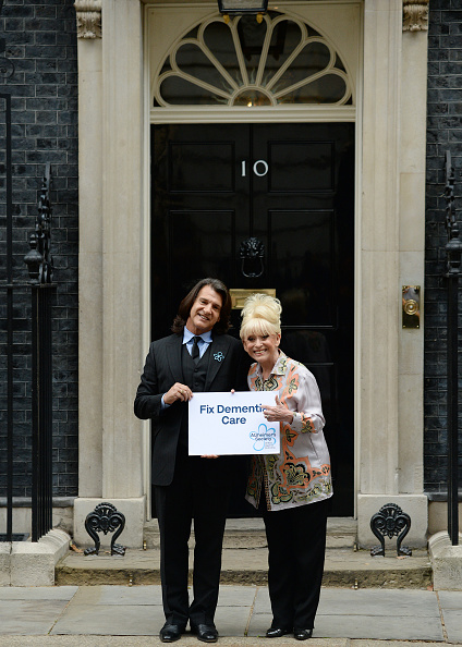 Eamonn M「Scott Mitchell & Dame Barbara Windsor, Alzheimer's Society Letter Hand In」:写真・画像(10)[壁紙.com]