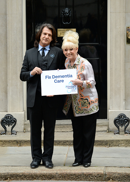 Eamonn M「Scott Mitchell & Dame Barbara Windsor, Alzheimer's Society Letter Hand In」:写真・画像(8)[壁紙.com]