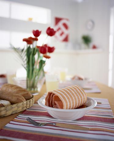 焦点「Bread and bowl on table with flowers」:スマホ壁紙(16)
