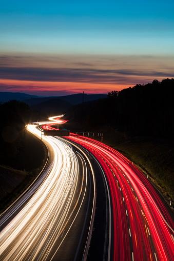 Light Trail「Car light streaks on Autobahn A3 motorway connecting Würzburg and Frankfurt at dusk, Weibersbrunn, Spessart-Mainland, Franconia, Bavaria, Germany」:スマホ壁紙(18)