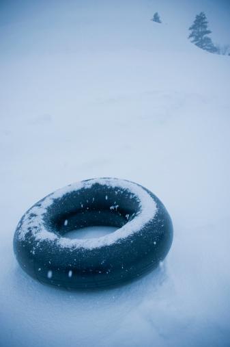 Lost「lonely inner tube on snowy slope」:スマホ壁紙(3)