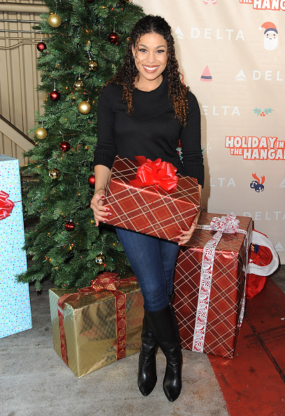 LAX Airport「Sarah Hyland And Jordin Sparks Join Delta Air Lines' Annual Holiday In The Hangar Celebration」:写真・画像(19)[壁紙.com]