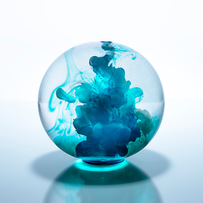 Sphere「Crystal ball filled with blue watercolor paint in water」:スマホ壁紙(1)