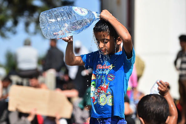 Pouring「Migrants Arrive In Tovarnik As Croatia Becomes The New Route Into Europe」:写真・画像(2)[壁紙.com]
