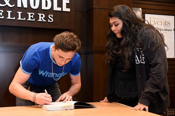 Vivien Killilea「Brooklyn Beckham Spotted In Wrangler At His Book Signing - The Grove LA Barnes & Noble」:写真・画像(17)[壁紙.com]