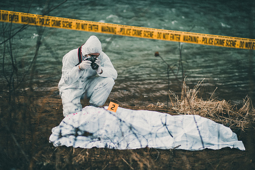 栗「Photographer taking photos of crime scene by the river」:スマホ壁紙(2)