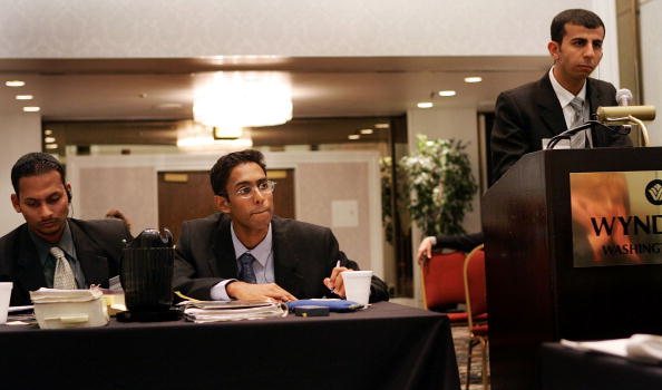 Joe Raedle「Iraqi Students Attend Moot Court Competition For First Time」:写真・画像(11)[壁紙.com]