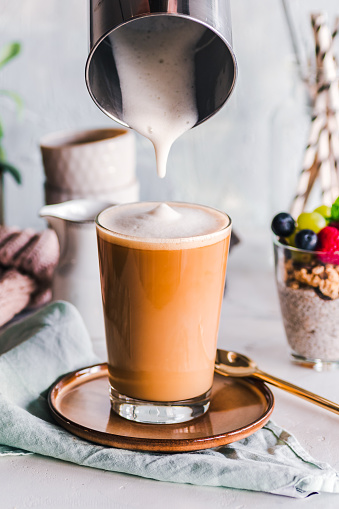 Pouring「Latte coffee drink and chia pudding」:スマホ壁紙(4)