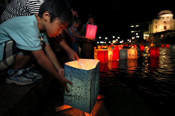 Surrendering「Japan Marks 65th Anniversary Of Hiroshima Atomic Bomb」:写真・画像(3)[壁紙.com]