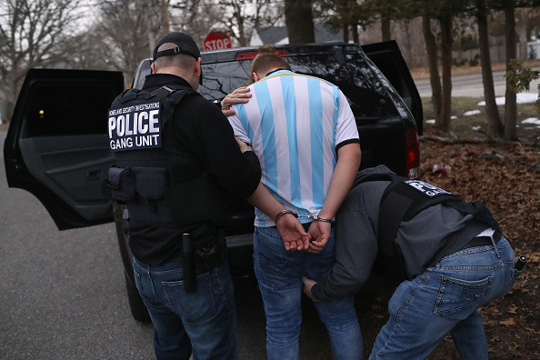 Arrest「Federal Agents Target Immigrant Gangs On Long Island」:写真・画像(5)[壁紙.com]