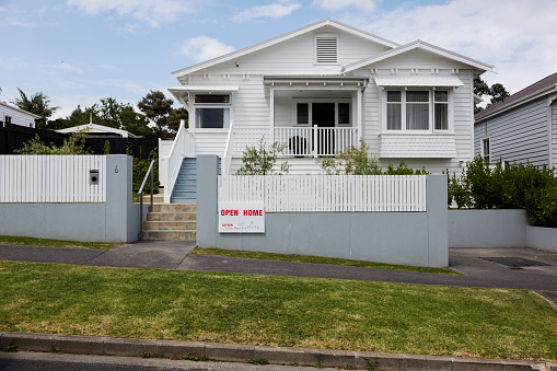 New Zealand「Exterior shot of house with For Sale sign」:スマホ壁紙(5)