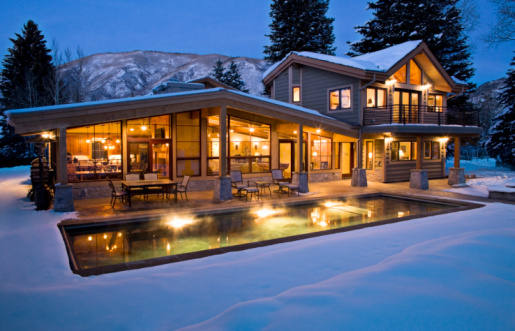 Aspen - Colorado「Exterior shot of lit contemporary home in winter.」:スマホ壁紙(17)
