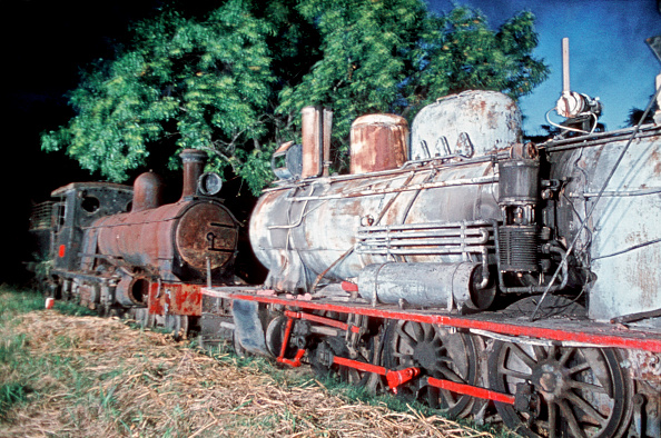 Dawn「Abandoned engines at Santa Fe on Argentina's Belgrano Railway on the right is an 8A Class Prairie 2-6-2 built by Societe Suisse in 1909 and on the left C22 Class No.1033 built by Kitson of Leeds in 1887. A pictures dated 21 March 1979.」:写真・画像(4)[壁紙.com]