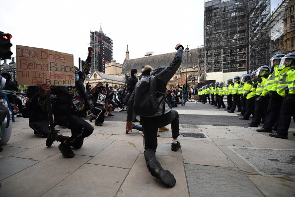 Kneeling「Black Lives Matter Demonstrations In UK Continue Into The Weekend」:写真・画像(15)[壁紙.com]