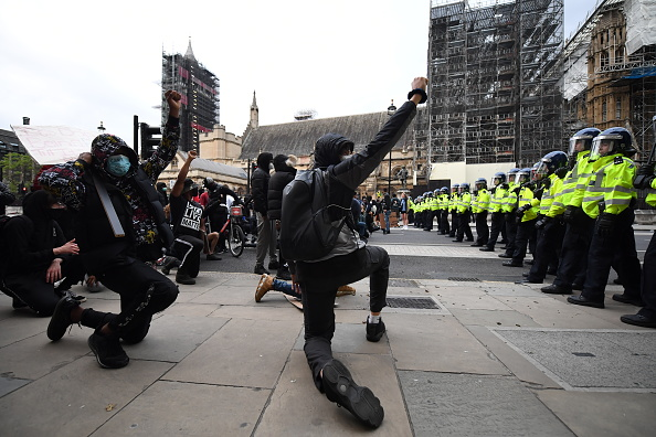 Kneeling「Black Lives Matter Demonstrations In UK Continue Into The Weekend」:写真・画像(4)[壁紙.com]