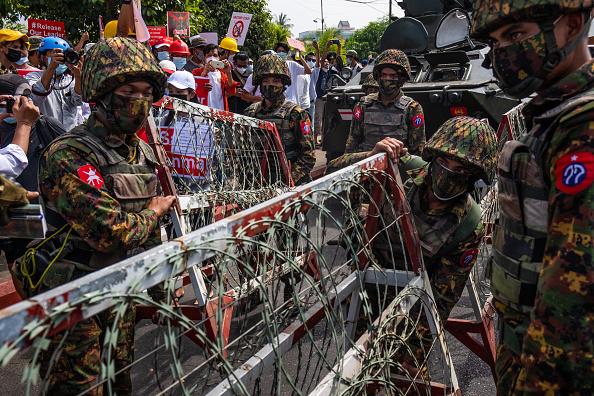 Military「Protests Continue Despite Military Vehicles Presence」:写真・画像(16)[壁紙.com]