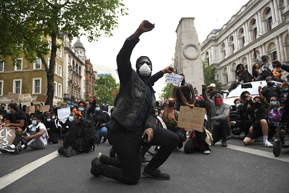 Kneeling「Black Lives Matter Movement Inspires Protest In London」:写真・画像(6)[壁紙.com]