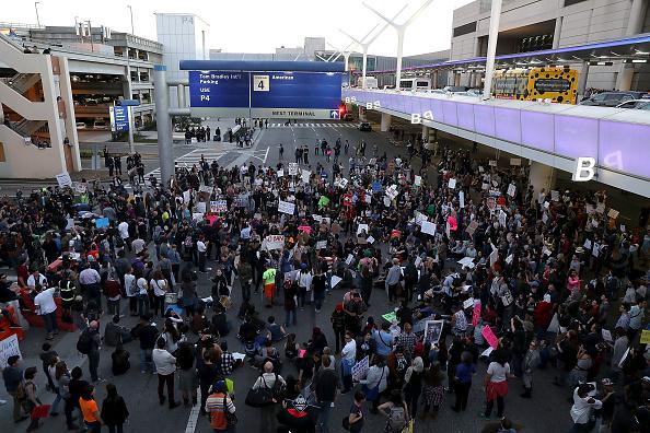 LAX Airport「Protestors Rally Against Muslim Immigration Ban At LAX」:写真・画像(2)[壁紙.com]