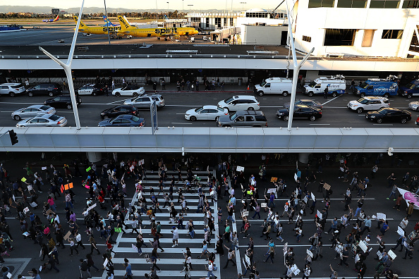 LAX Airport「Protestors Rally Against Muslim Immigration Ban At LAX」:写真・画像(6)[壁紙.com]