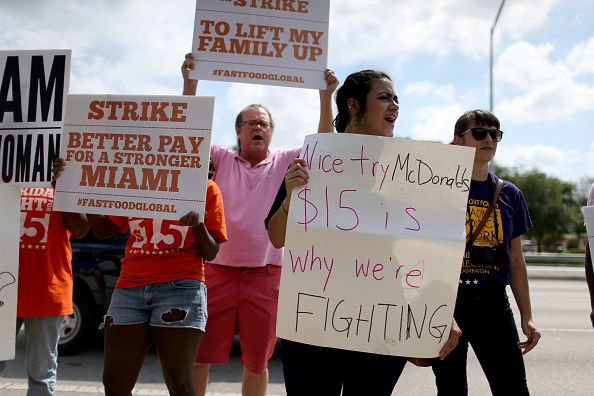 Sidewalk「McDonald's Workers In Florida Protest Against Company's Wage Increase Announcement」:写真・画像(19)[壁紙.com]