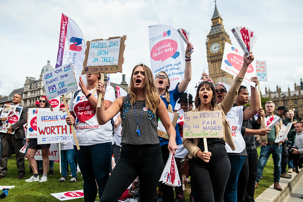 Paying「Nurses Demonstrate Against The Government's Pay Cap」:写真・画像(1)[壁紙.com]