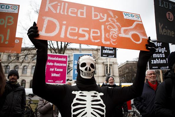 トップランキング「Demonstrators Protest Diesel Scandal At Transport Ministry」:写真・画像(11)[壁紙.com]