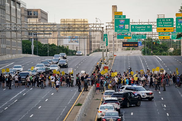 """Traffic「""""Reclaim Lafayette Park"""" Protest Held Two Weeks After Controversial Clearing Took Place」:写真・画像(18)[壁紙.com]"""