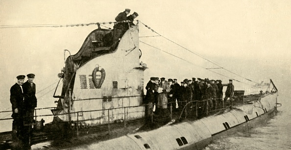 Surrendering「A German Submarine Surrenders To The British」:写真・画像(19)[壁紙.com]
