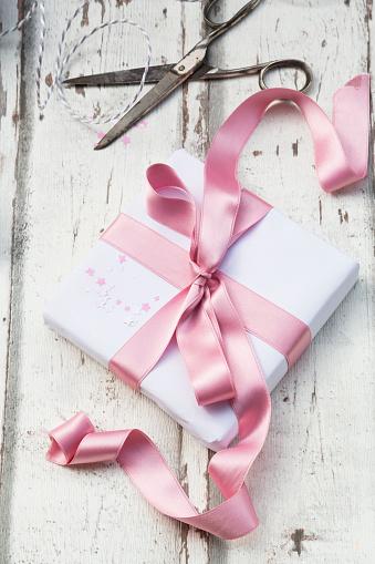 Gift「Scissors and Christmas present on wood」:スマホ壁紙(18)