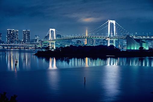 夜「東京湾と東京のレインボーブリッジ 」:スマホ壁紙(18)