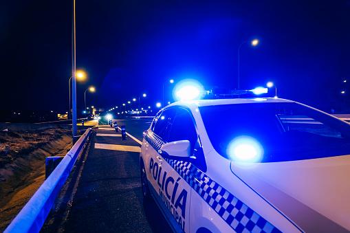Emergency Light「Police car patrol on road of Madrid during night」:スマホ壁紙(18)
