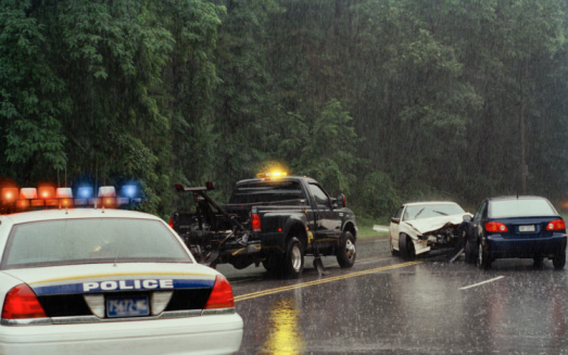 Pennsylvania「Police car and tow truck at scene of car accident on rainy day」:スマホ壁紙(9)