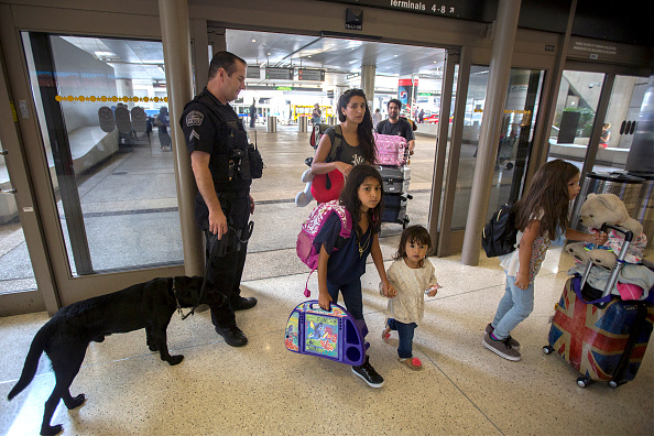LAX Airport「Security Tightened At LAX During Busy Fourth Of July Weekend」:写真・画像(3)[壁紙.com]